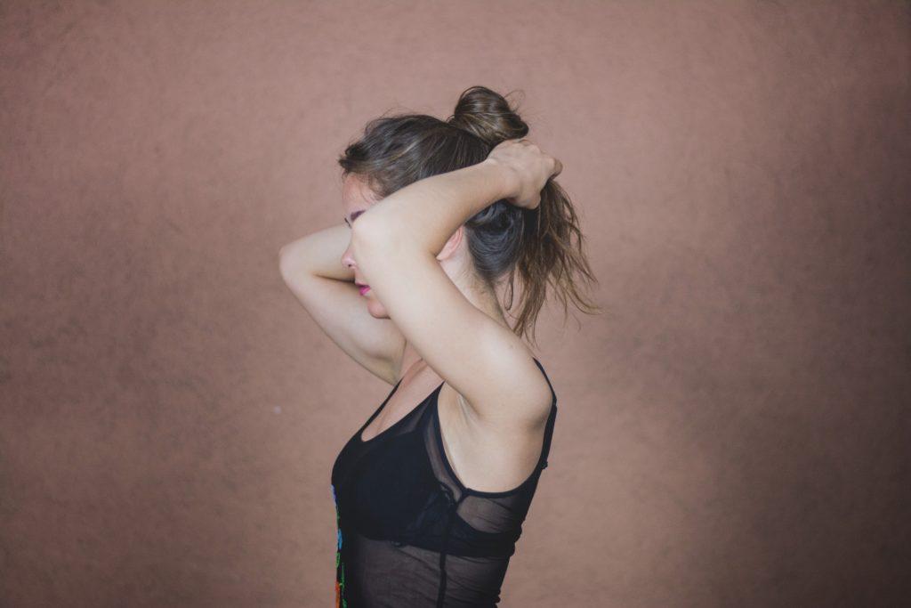 髪をひとつに結んでいる女性