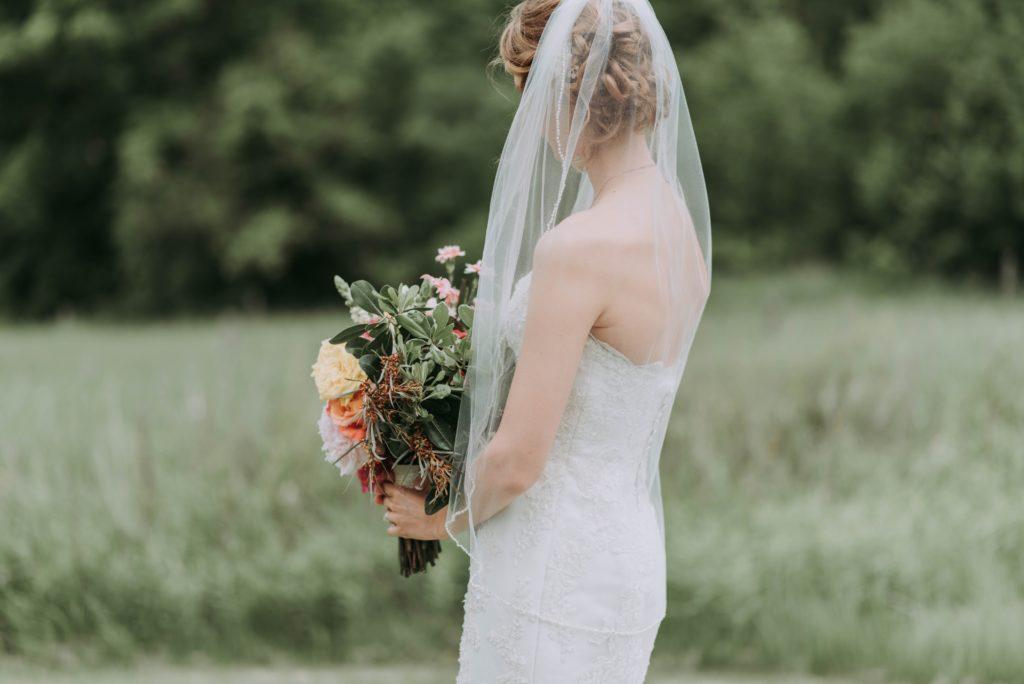 アップヘアでウェディングドレスを着た女性