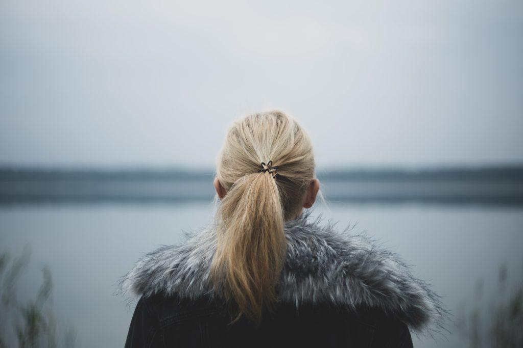 髪をひとつ結びにしている女性