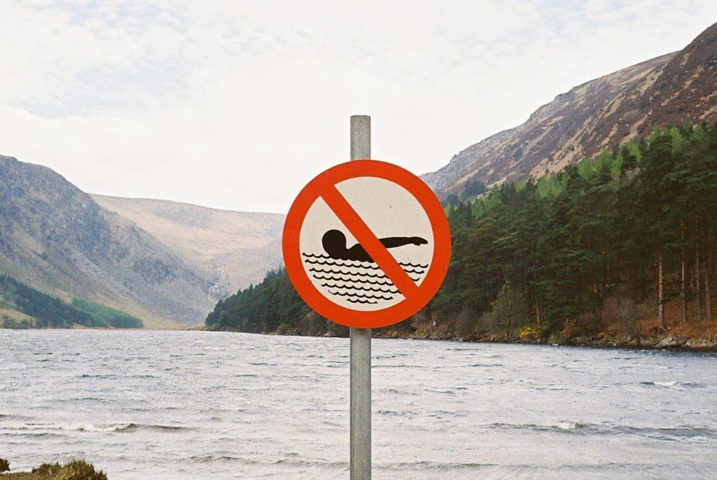 湖にある遊泳禁止の看板