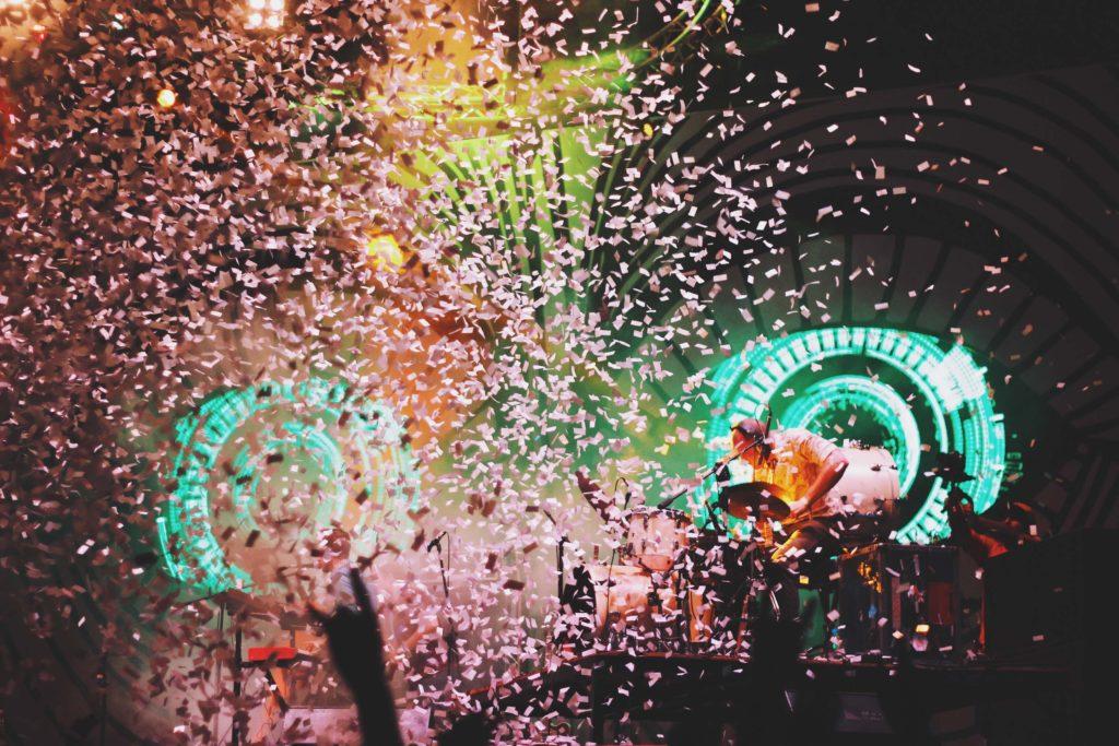 ライブ会場に舞い落ちる紙吹雪