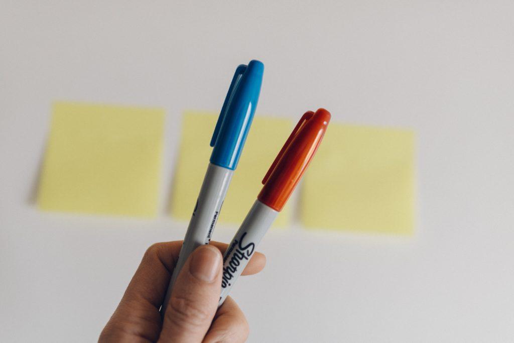 2本のペンと3枚の付箋
