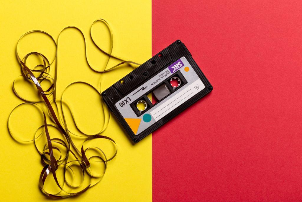 テープが飛び出たカセット