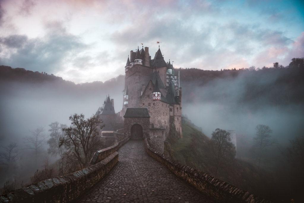 靄の中にたたずむ城