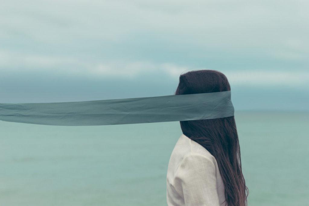 長い布で目隠しされている女性