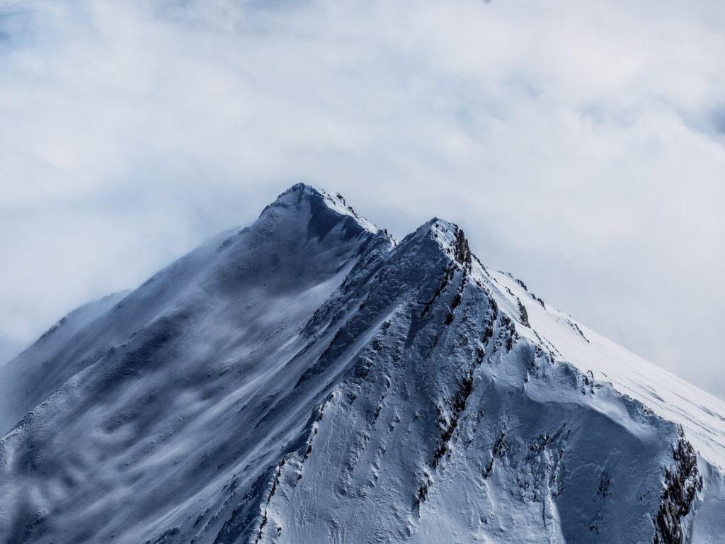 雪崩の起きている雪山
