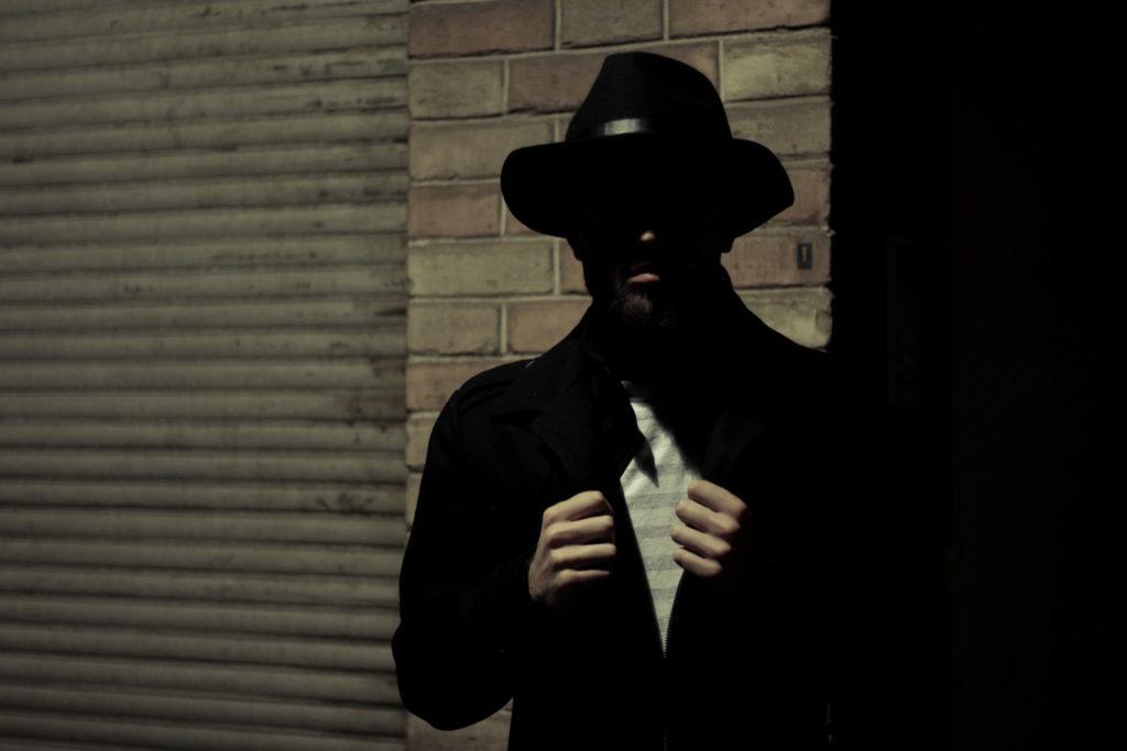 暗闇に潜む男性のシルエット