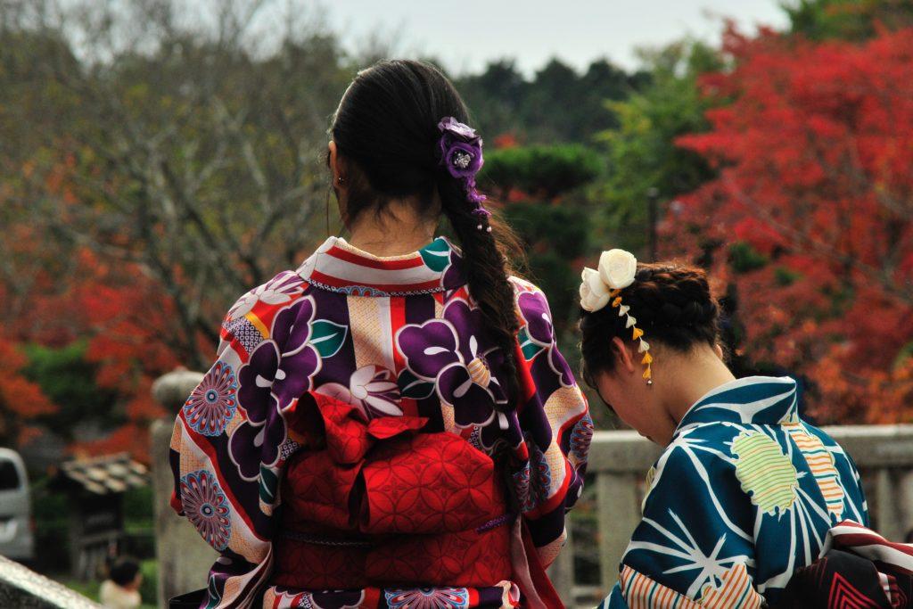 神社にいる着物姿の女性二人