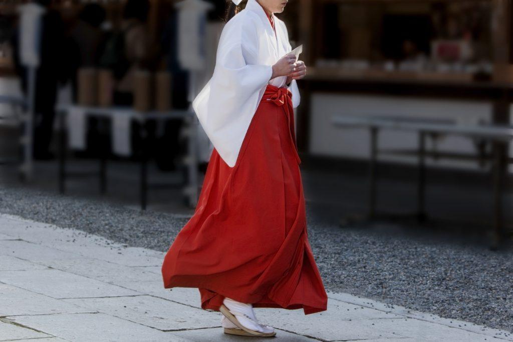 神社を歩く巫女