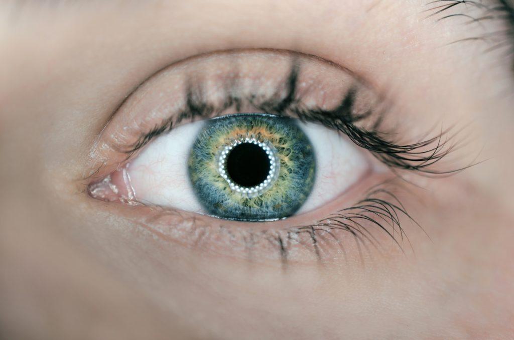 瞳孔が光っている人間の目