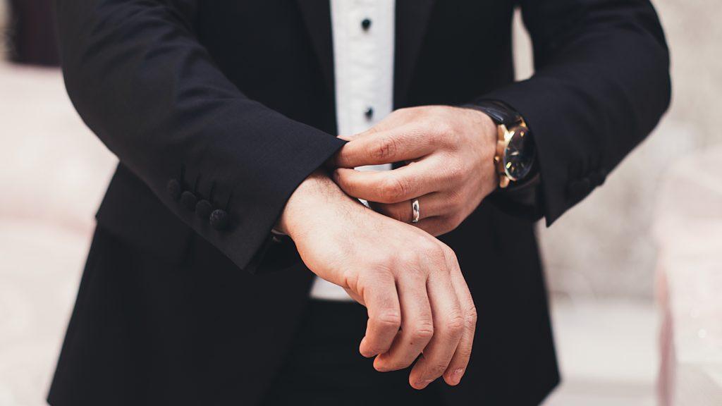 スーツを着たビジネスマンの手元