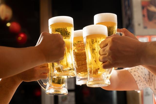 ビールで乾杯する人たちの手