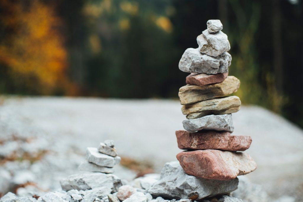 積み上げられた川辺の石