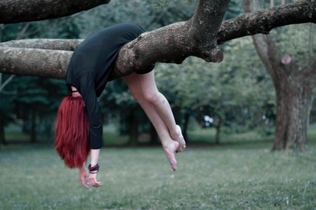 木の枝の上でだらける女性