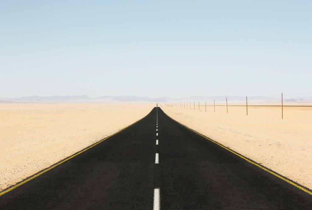 地平線へと続く一本道