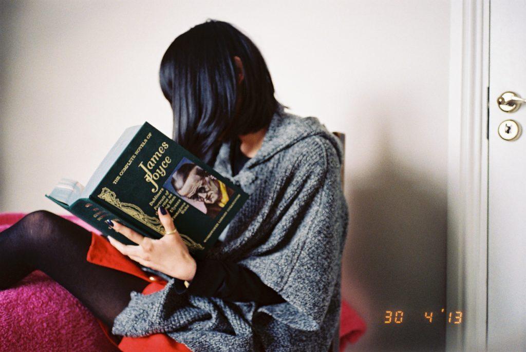 ジェイムズ・ジョイスの本を読む女性