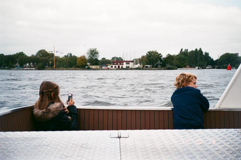 アムステルダムのカナルを走るボート