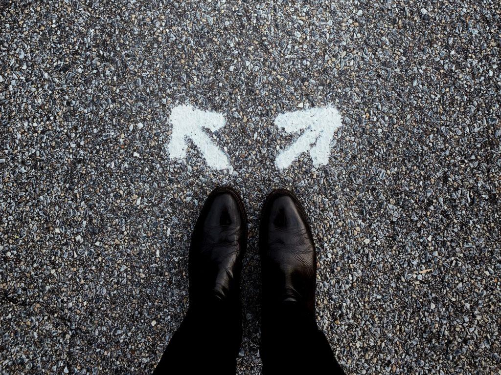 足元に書かれた別方向を指す矢印
