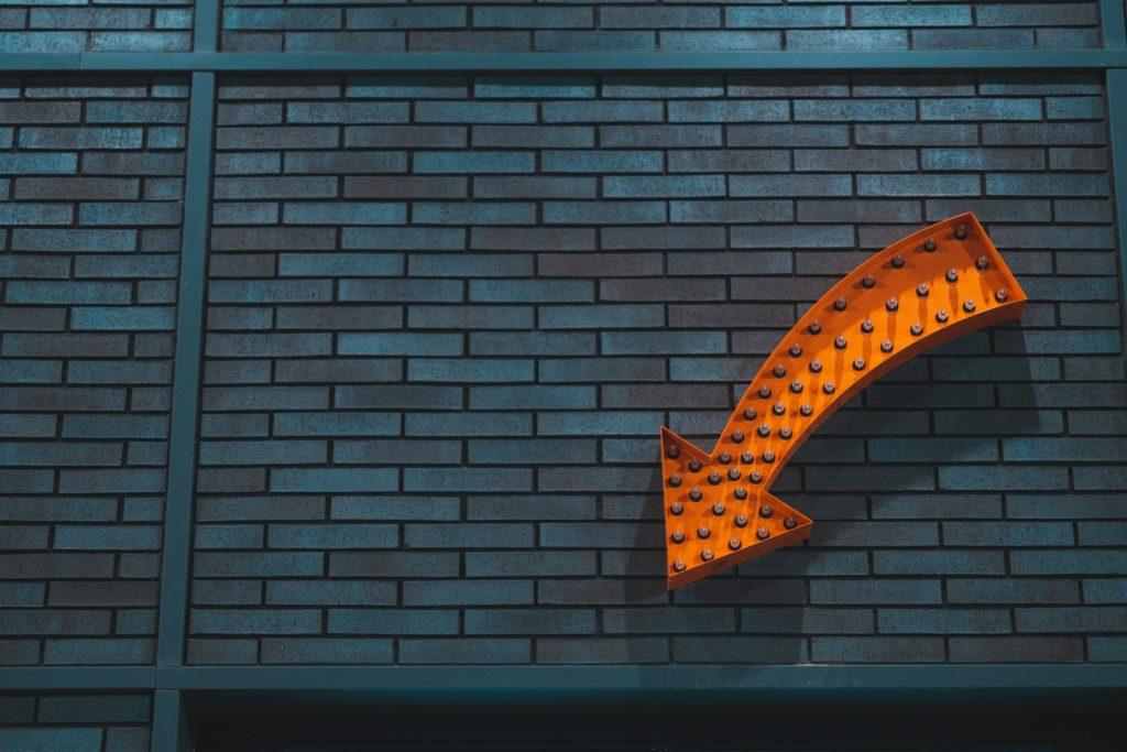 壁に掲げられている矢印の看板