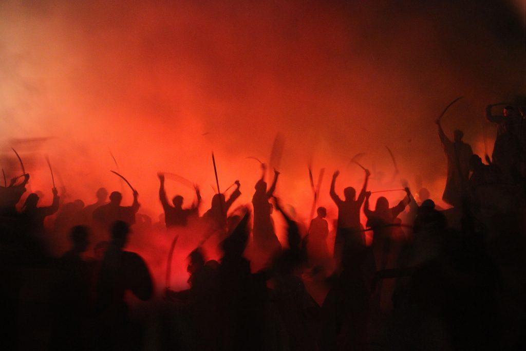 煙の中で暴れる人々