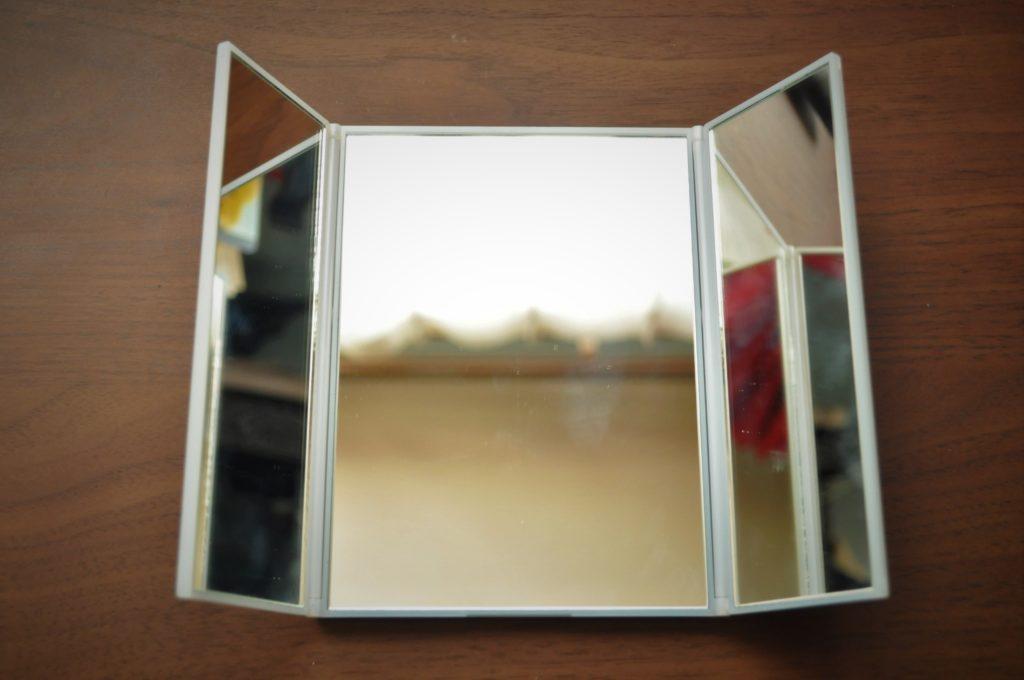 少しだけ畳まれた三面鏡