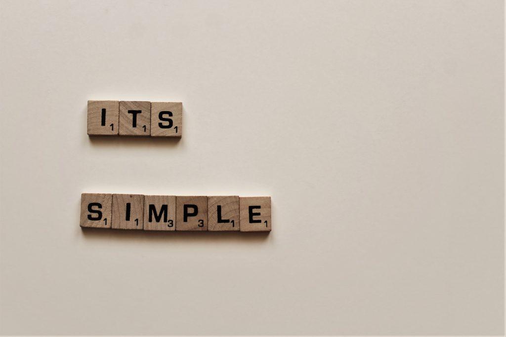 スクラブルで作られた「ITS SIMPLE」の文章