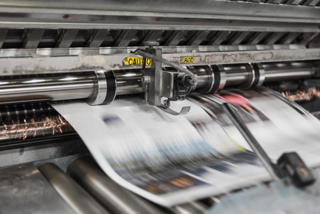 機械で刷られている新聞