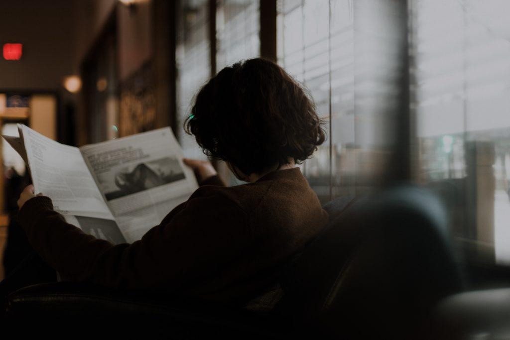 新聞を読んでいる女性