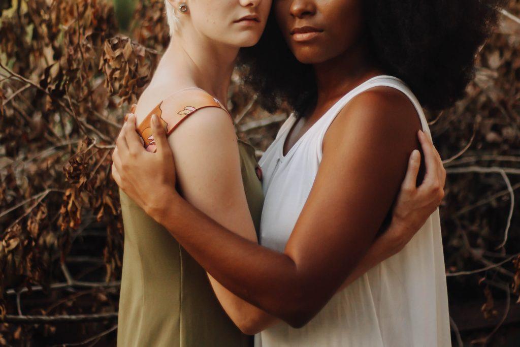 抱き合う白人女性と黒人女性