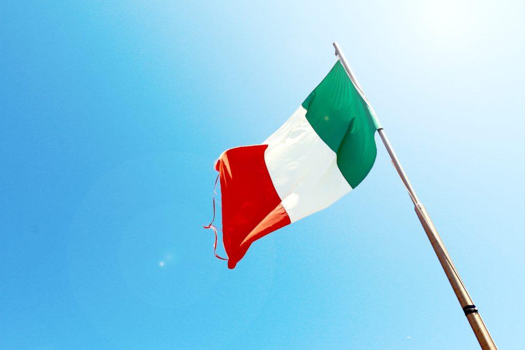 たなびくイタリア国旗