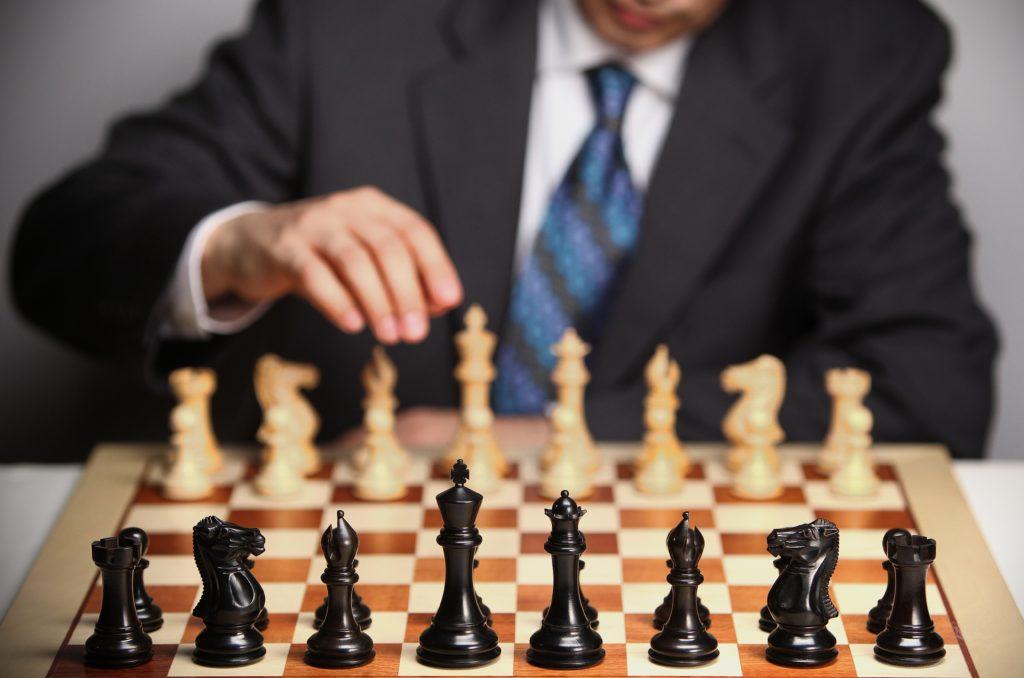 スーツでチェスをする男性