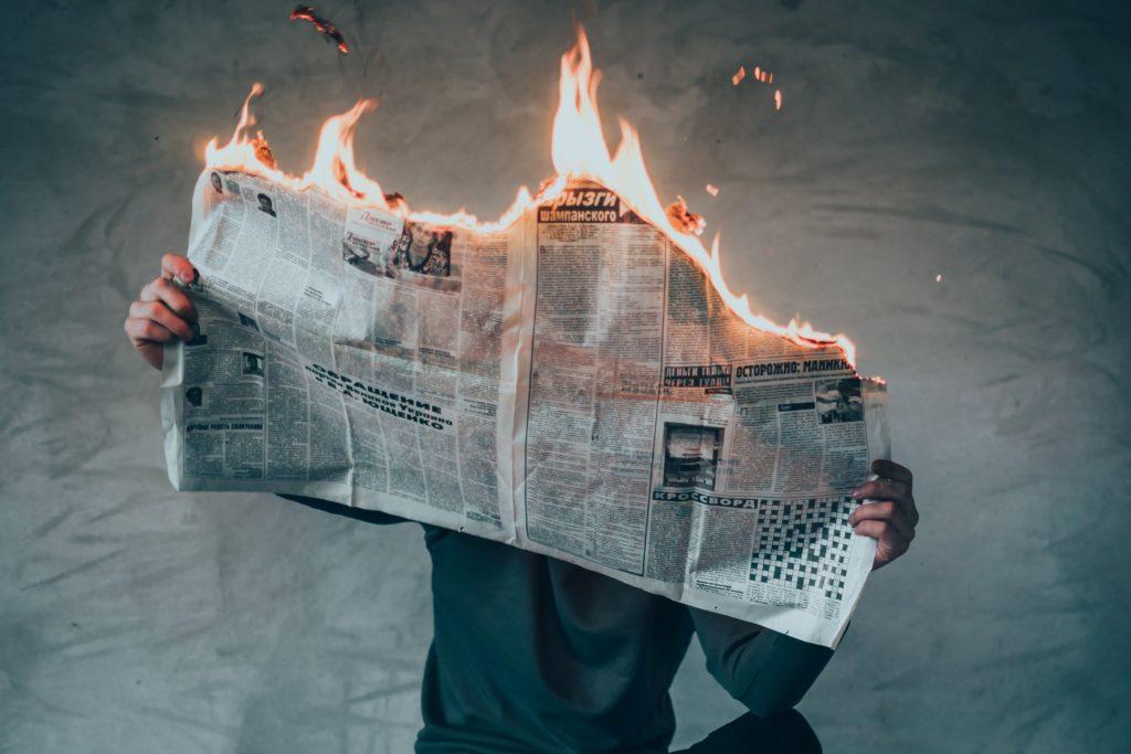 燃えている新聞を読む人
