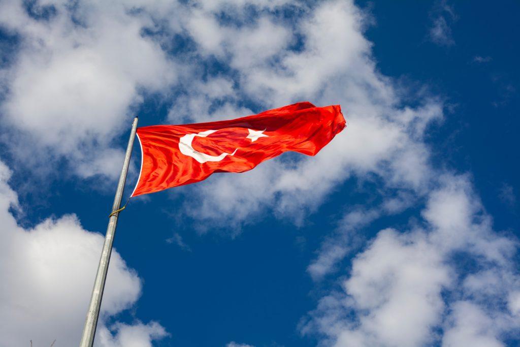 青空の下でたなびくトルコの旗