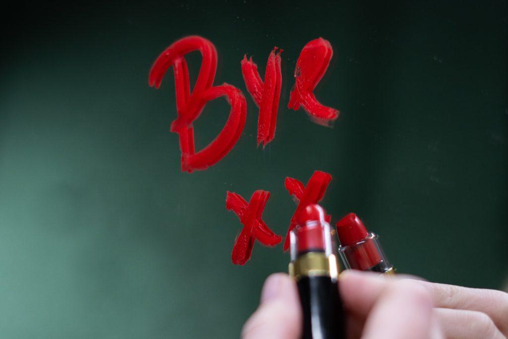 口紅で鏡に書かれる「Bye」