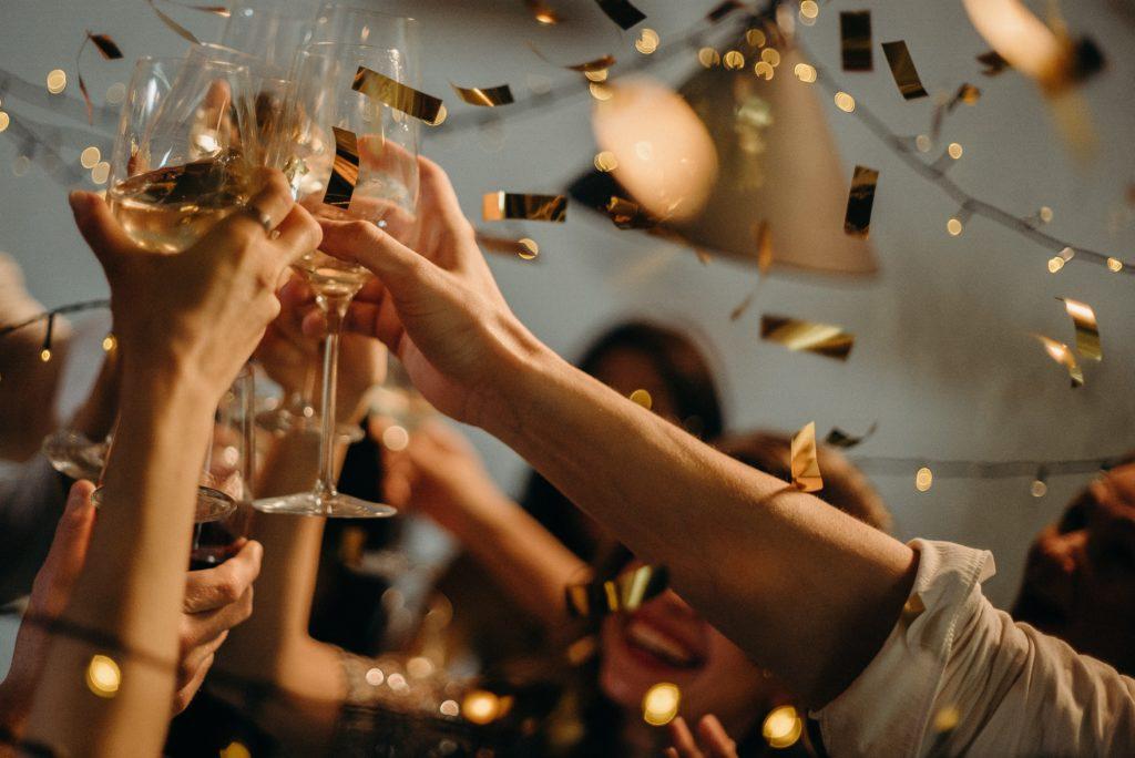 パーティーで乾杯する人たち