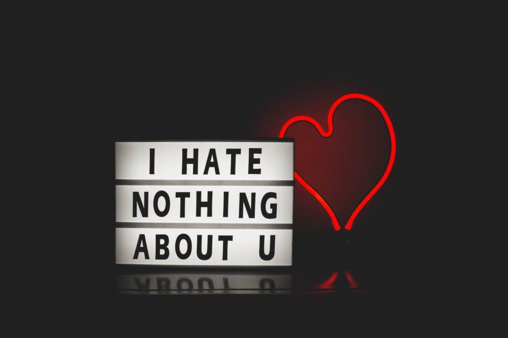 ハートと「I HAVE NOTHING ABOUT U」のネオン